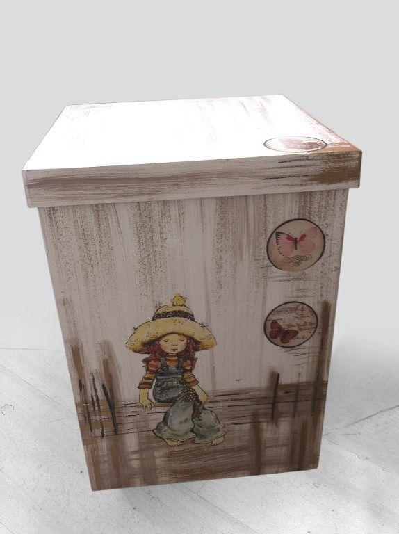 Ξύλινο κουτί βάπτισης χειροποίητο  με ειδική τεχνοτροπία ώστε να φαίνεται αναπαλαιωμένο με ρομαντική φίγουρα από κοριτσάκι με ρούχα εποχής.Όμορφο και εντυπωσιακό κουτί σε στυλ vintage ώστε και η βάπτιση σας να είναι μέσα στο πνεύμα της μόδας. 92,00 €