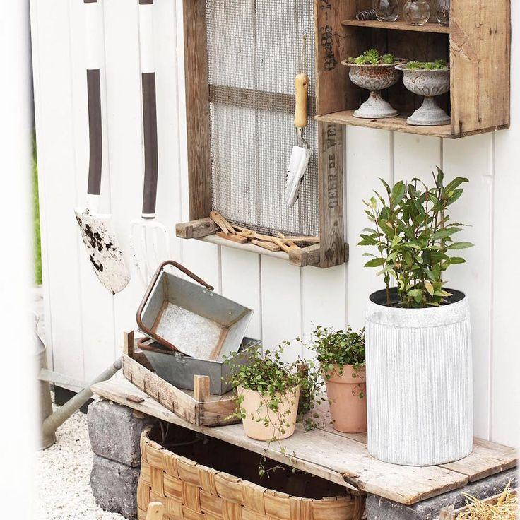 Puutarhan työkalut kauniisti järjestyksessä omassa tyylikkäässä nurkkauksessaan. Lankkupenkki ja puuhyllyt luovat ihanan tunnelman. #puutarha #terassi #piha