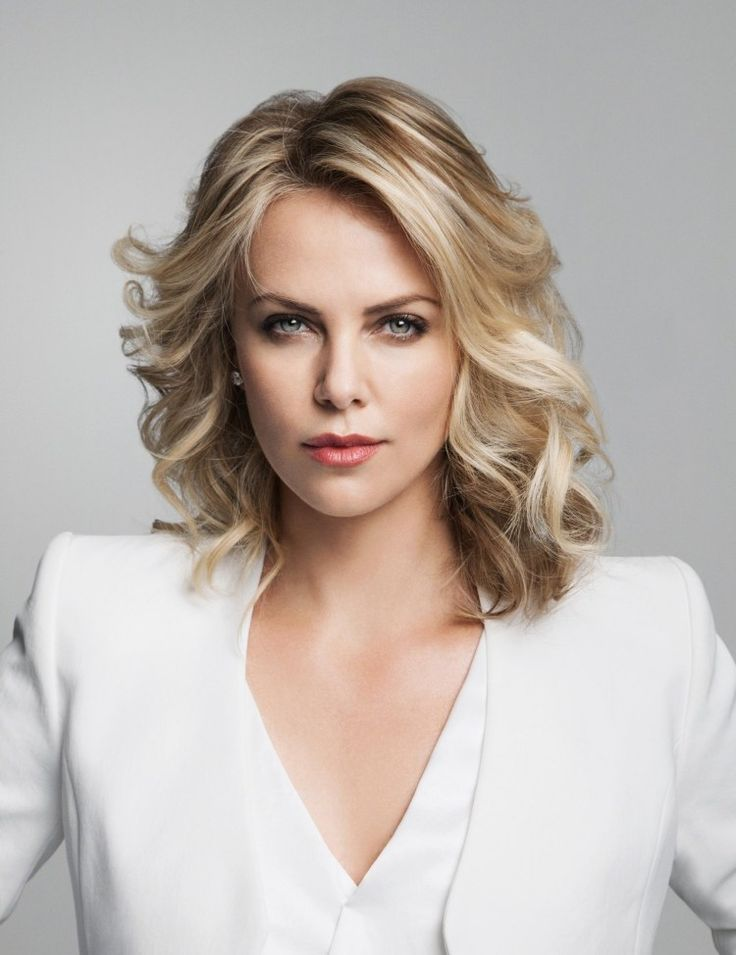 gestufter Long Bob ohne Pony mit Locken - Charlize Theron