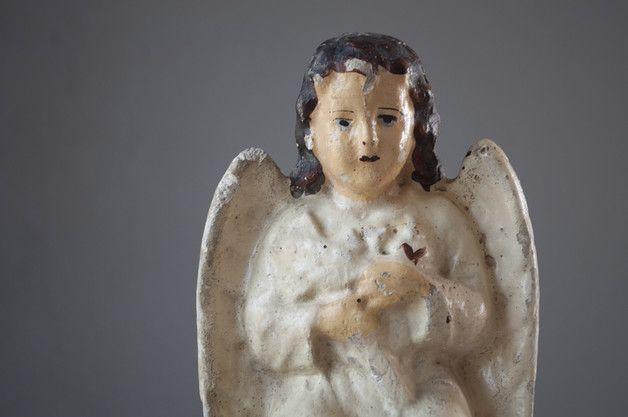 Piekna stara, gipsowa figurka aniołka. Aniołek nie jest stylizowany na stary styl, wszelkie otarcia i ubytki są naturalnymi śladami użytkowania przez prawie 100 lat.   Wys. 22cm