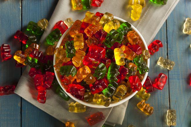 ..Ингредиенты:..1,5 стакана фруктового сока или сока свежих овощей.4ст.л. желатина.2–4ст.л. меда (взависимости оттого, насколько сладким выжелаете сделать мармелад).1/2ч.л. ванильного экстракта (необязательно)..Процесс приготов...