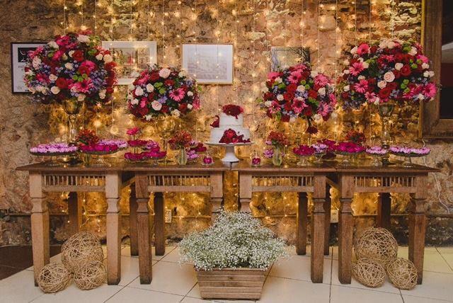 Coisa mais maravilhosa a decoração desse mini wedding feita pela Fernanda Gurjão Cerimonial. <3 A equipe é tão completa que também faz organiza e planeja cada detalhe do cerimonial! Vem saber mais sobre ela e ver outros casamentos no link  http://ift.tt/2otsXYz  A Fernanda é do Rio de Janeiro {<3}