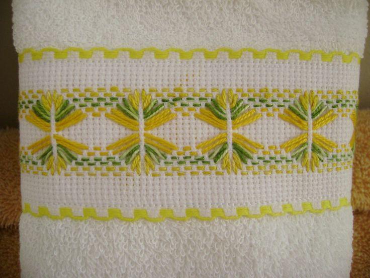 Esta es otra de las toallitas faciales del juego en tono amarillo; bordado yugoslavo como siempre lindo