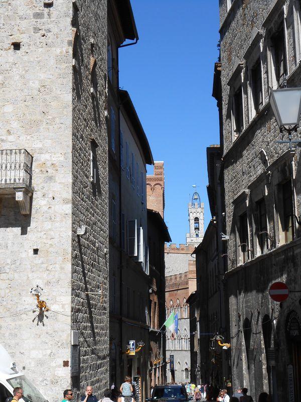 Со средневековых времен город сохранил свой первоначальный облик суровой недоступности. Улицы вымощены кирпичом и камнем.