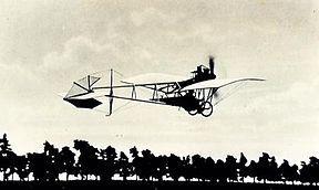 """Die Santos-Dumont Demoiselle (frz. demoiselle """"Libelle"""") war die letzte Entwicklung des brasilianischen Luftfahrtpioniers Alberto Santos Dumont. Sie war das erste in Kleinserie produzierte Sportflugzeug der Welt."""