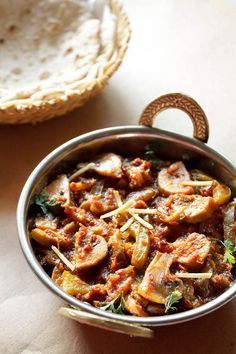 KADAI MUSHROOM - cooked button mushrooms in a semi dry gravy of spiced & tangy tomato sauce along with juliennes of green bell pepper. excellent with some rotis or naan. #mushroom #mushroomrecipes