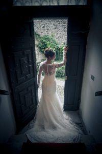 Un giorno da favola | FotoSuMisura    Grazie all'esperienza nella fotografia di moda, durante lo shooting di coppia è facile realizzare scatti come questo che esaltano la figura e l'abito della sposa