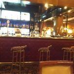 Entré al mítico Plaza Bar (Florida 1005), otro de mis pendientes por su historia, por su servicio, por su categoría. No es un lugar grande pero está muy bien distribuido. La barra en forma de L, desde la cual se tiene vista a todo el salón, tiene apoyabrazos de bronce. En el piso, una colorida alfombra estampada, presencia de mucha caoba.  Más en: http://algosibarita.com/2013/03/08/el-centenario-plaza-bar/