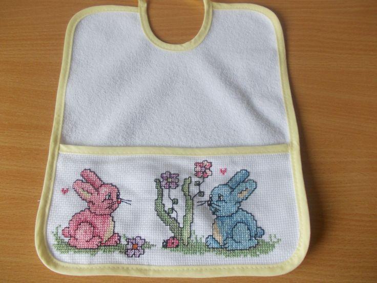 Babero conejos,hecho por mi(Rosario Bellón)