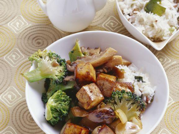 Knuspriger Tofu mit Austernpilzen und Brokkoli ist ein Rezept mit frischen Zutaten aus der Kategorie Pilze. Probieren Sie dieses und weitere Rezepte von EAT SMARTER!