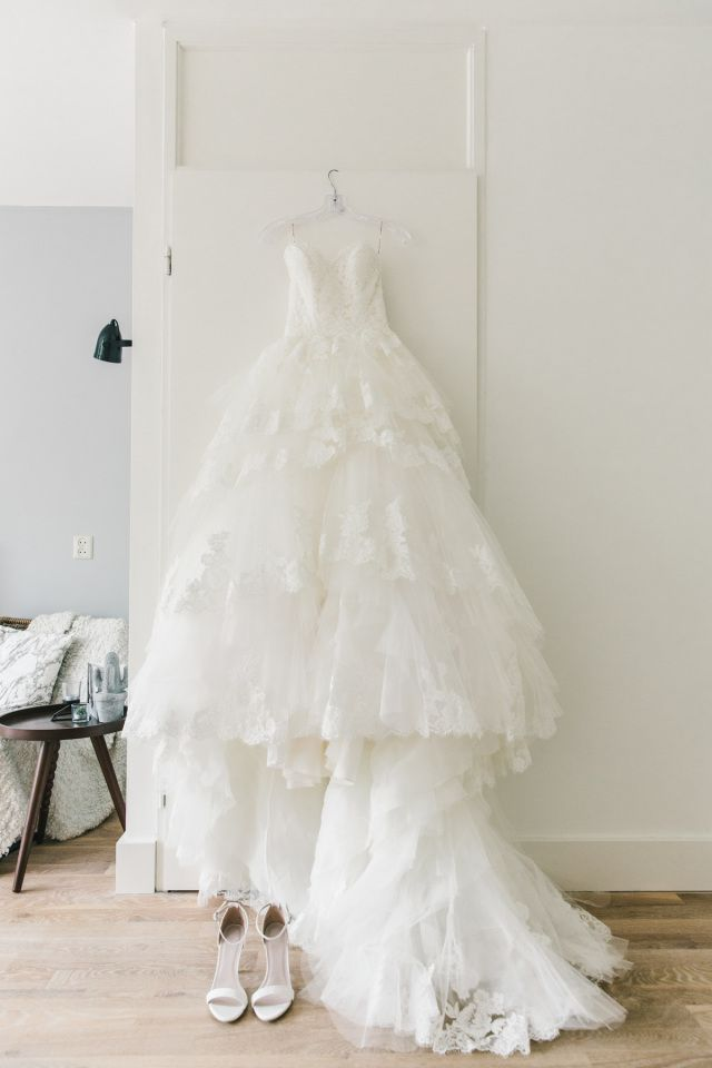Credit: Chymo & More Photography - huwelijk (ritueel), bruid, hoofddeksel, bruids, mode, geen persoon, bruidegom, jurk, binnenshuis, toga