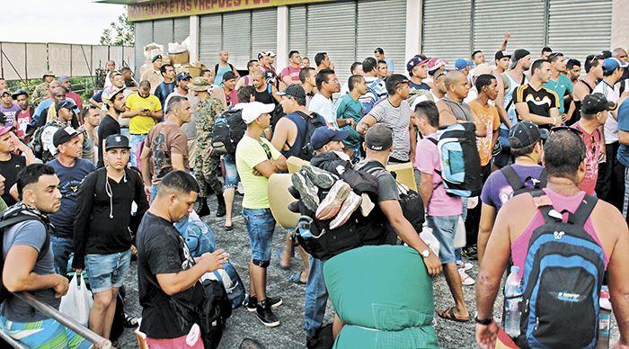 """El grupo de 180 migrantes cubanos saldrán hoy Costa Rica como parte de un plan piloto que las autoridades costarricenses esperan que se convierta en la solución definitiva para estos cubanos que llevan casi dos meses varados en Costa Rica. Estos migrantes saldrán en la noche desde el aeropuerto de Liberia en un vuelo """"chárter"""" de la aerolínea Avianca, para viajar a el Salvador y de ahí se trasladarán vía terrestre a la frontera con Guatemala y de allí hasta la frontera con México y luego…"""