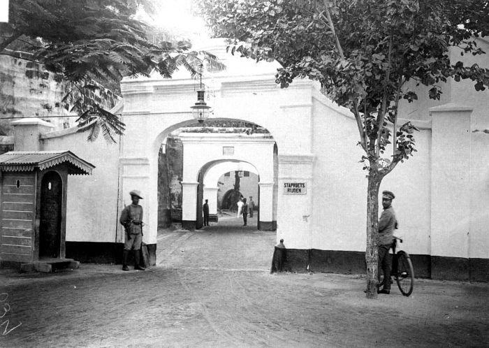File:COLLECTIE TROPENMUSEUM Hoofdingang van Fort Rotterdam te Makassar TMnr 10002082.jpg