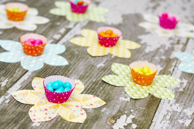 Spring Flower Candy Favors with LiveLaughRowe.com #spring #favor #crafts Great idea for a table topper, kids party or garden party??