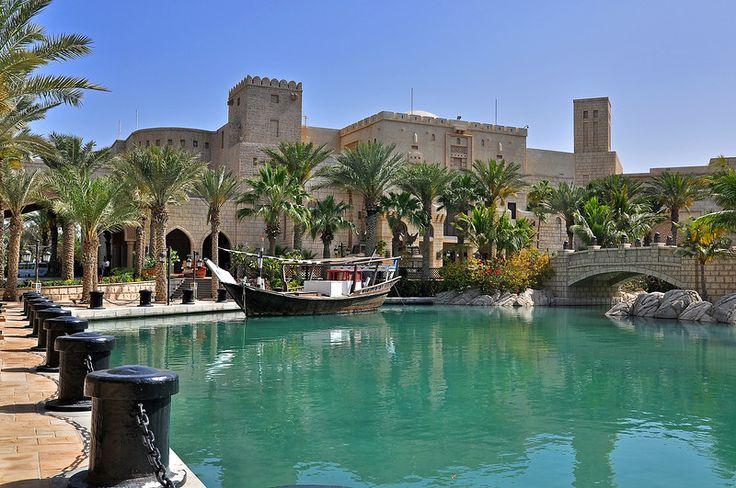 Крупнейший курорт Дубая Мадинат Джумейра, построенный в традиционном архитектурном стиле арабских дворцов и крепостей, разделен на четыре изысканные части, где есть потрясающие своей архитектурой отели, набережная с 75 бутиками, 23 ресторанами и кафе, открытые рыночные площади, кондиционированные аллеи и театр на 442 места.