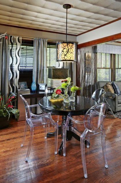 louis ghost chair, cadeira transparente na decoração da sala de janatr com mesa preta redonda para quatro pessoas, piso de madeira