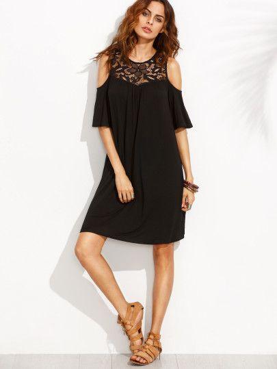 Чёрное платье с кружевной вставкой с открытыми плечами