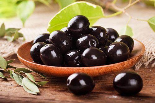 Olivy sú známou a chutnou potravinou. Vedeli ste však, že olivy sú ovocie? Skutočne! Olivy obsahujú účinné látky, ktoré majú veľmi pozitívne účinky na zdravie. Olivy zelené aolivy čierne sú ten istý druh. Olivy zelené sú nedozreté olivy čierne. Dozretá oliva má čiernu farbu, ale