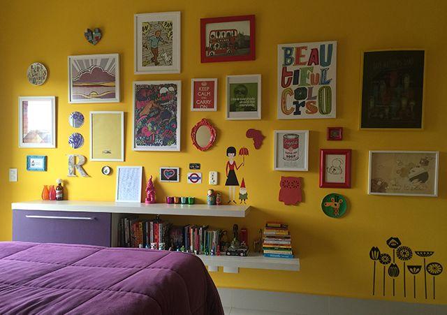 Parede amarela e pôsteres no quarto - Carol Moré, editora do Follow the Colours para Apezinho;