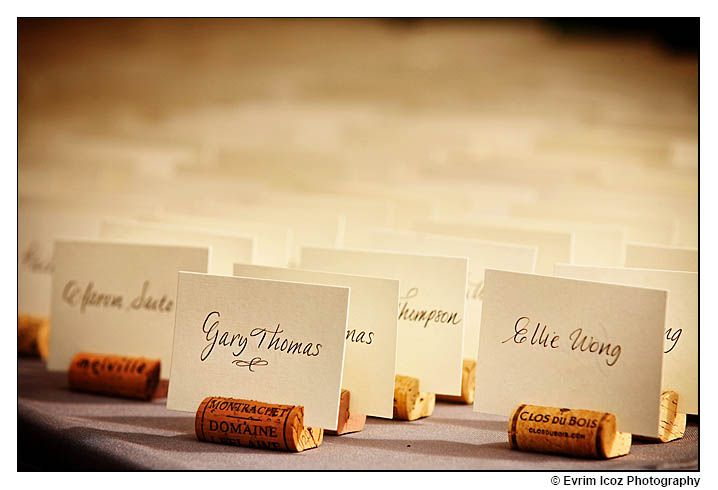 Marcador de lugar de mesa de casamento feito de rolha. Foto: Evrim Icoz Photography.