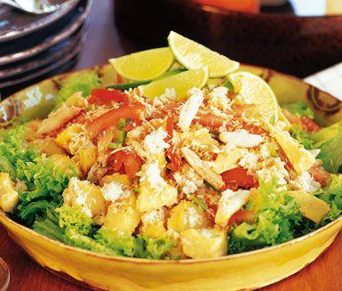 Salada de Carangue, eller krabbsallad som vi oftare kallar den, är en smakrik sallad av krabbkött, lime, tomater, het chilisås och kronärtskocksbottnar. Denna läckra krabbsallad garneras med kokos på toppen.