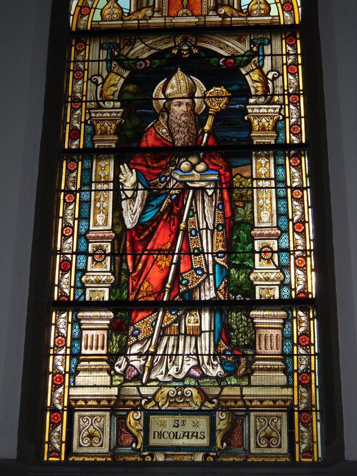 Glas en lood raam in de Rooms-Katholieke kerk van de parochie H. Nicolaas te Edam.