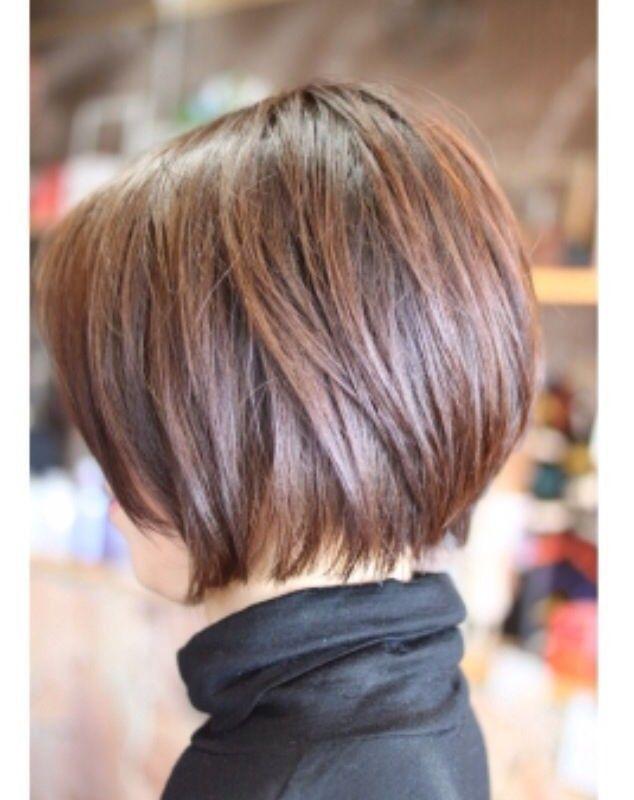 Les cheveux au carré de cette femme ont été coiffés en leur donnant du volume sur le dessus, pour créer ainsi une belle rondeur dans la chevelure. À l'avant, les mèches de chaque côté du visage sont légèrement plus courtes.