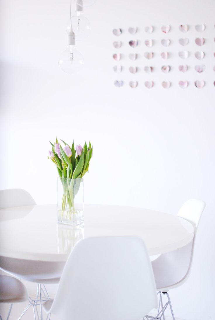 Via Fashionstoned | White Dinnertable | Eames Dsr Chair