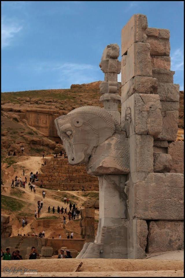 Persépolis//Persépolis était une capitale de l'empire perse achéménide. Le site se trouve dans la plaine de Marvdasht, au pied de la montagne Kuh-e Rahmat, à environ 70 km au nord-est de la ville de Shiraz, province de Fars, Iran. https://fr.wikipedia.org/wiki/Pers%C3%A9polis