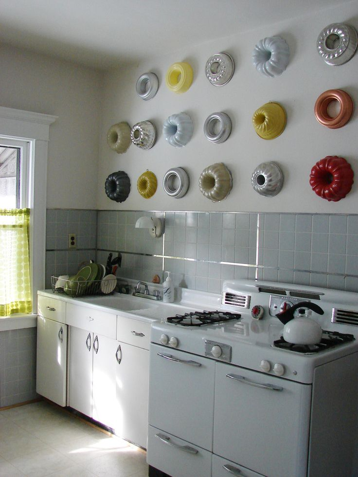 Cute kitchen decorWall Art, Wall Decor, Decor Ideas, Vintage Kitchens, Kitchens Wall, Cake Pan, Bundt Pan, Bundt Cake, Jello Moldings