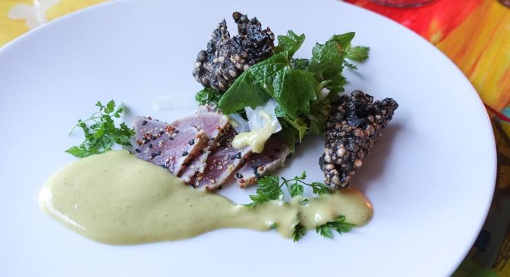 Carpaccio af sennepsmarineret tunmed kinaradiser, soyachips, urter blandet med løgkarseog karryhollandaise.