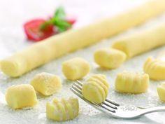 Recette de Gnocchis sans gluten.- 400 g de pommes de terre - 100 g de farine sans gluten Schär - 2 jaunes d'oeuf - 1 pincée de sel - 1 pincée de muscade moulue - poivre