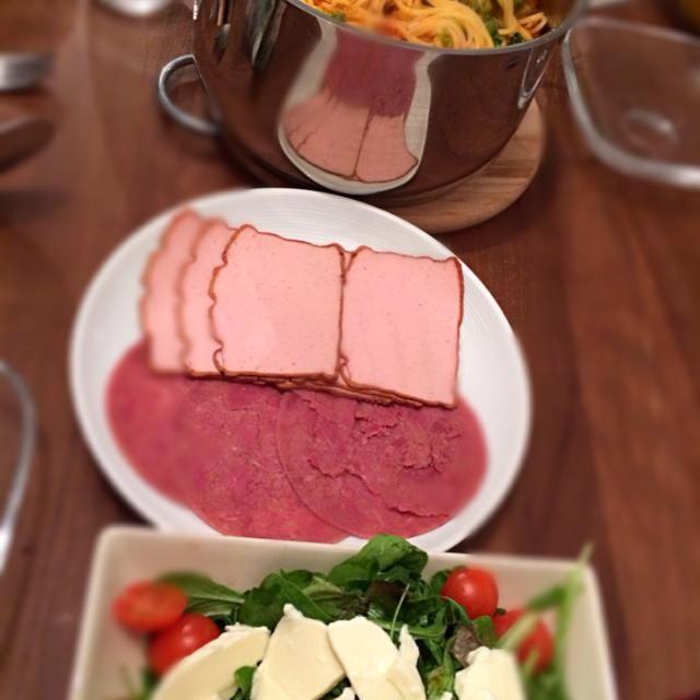 こちらにいるときの手抜きパターンはこれ。。。 - 2件のもぐもぐ - とある日の夕食。具だくさんパスタ、ハム類にサラダの組み合わせ。 by yurizor