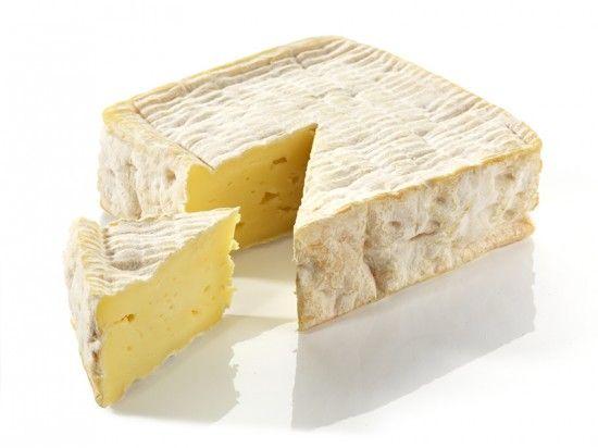 Le Pont-l'Evêque : Le goût et l'odorat sont sollicités par des parfums de sous-bois, de noix et même de beurre. Sa texture légèrement crémeuse est une véritable invitation gourmande. Dégustez !
