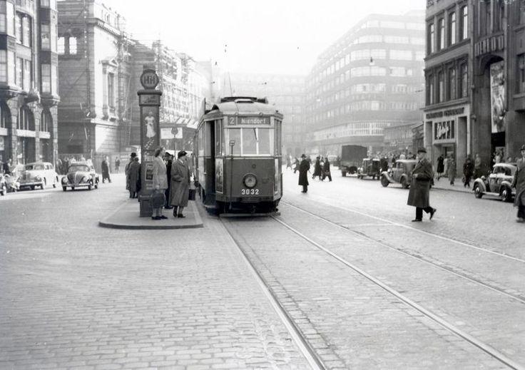 1953 Hamburg - Dammtorstraße - Links noch die Ruine der alten Staatsoper und rechts noch das Waterloo-Kino und die Konditorei L'Arronge. (Photo vom 18.03.1953 - Egon Ihde - Sammlung VVM)
