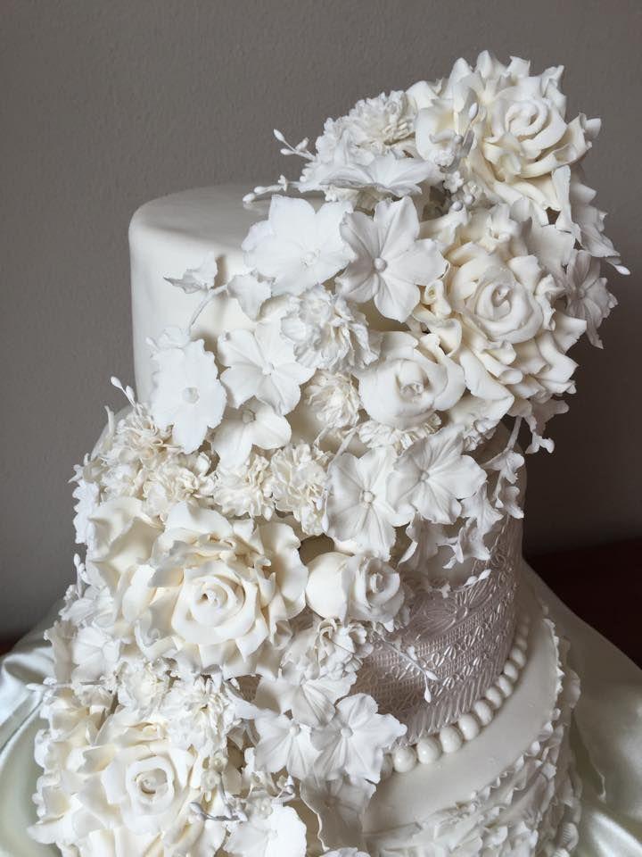 Weddingcake with gumpaste flowers