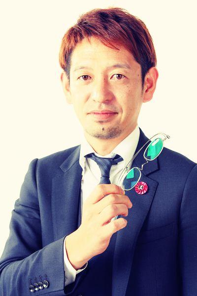 ゲスト◇西村昭宏 (Nishimura Akihiro) 福井県鯖江市の西村金属で常務として活躍し、西村金属の子会社、西村プレシジョンの社長も務める。地場産業であるメガネ産業か衰退した時期に、東京から家業を継ぐ為に福井に戻り、半減した売り上げをITを駆使する事により復活させた。製造業では早くからEコマースを取り入れ、その手腕は全国から講演依頼が舞い込むほどである。また、家業に戻った10年目を節目にメガネ業界の活性化にも力を入れ薄くておしゃれな老眼鏡「paper glass」を開発、リリース。