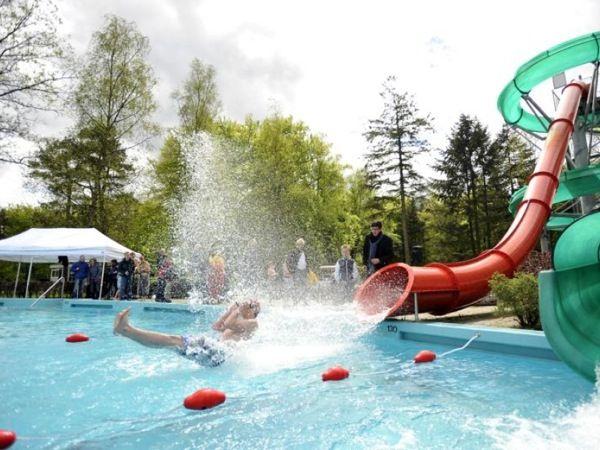 De nieuwe glijbaan is feestelijk geopend in Openluchtbad Boschbad.