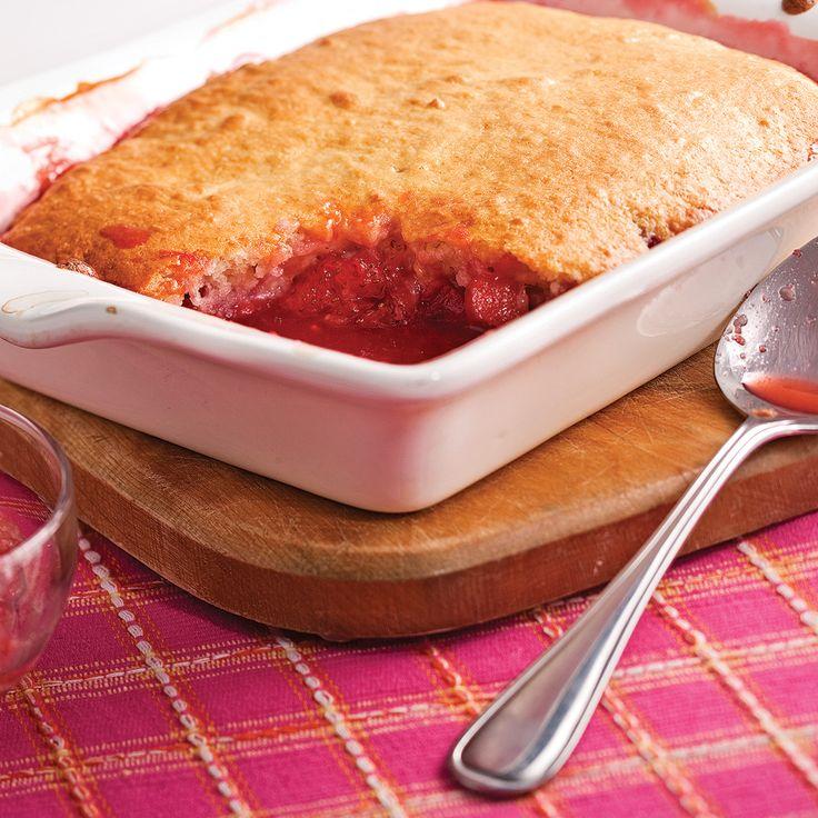 Certains desserts ne se démodent pas! Le pouding aux fraises et rhubarbe, c'est si bon! Pas étonnant qu'il couronne les repas en famille depuis des générations.