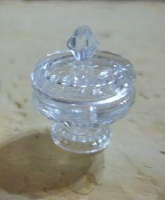 Cole os 2 botões transparentes e ponha uma miçanga em formato de losango transparente por cima