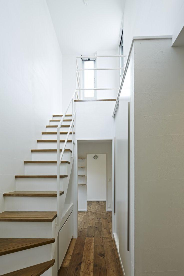 階段下の有効活用 塗装仕上げの壁にスチール手すり 吹抜け空間は余裕の表れ CO+ GALLERY(コプラスギャラリー) | コーポラティブハウスの株式会社コプラス