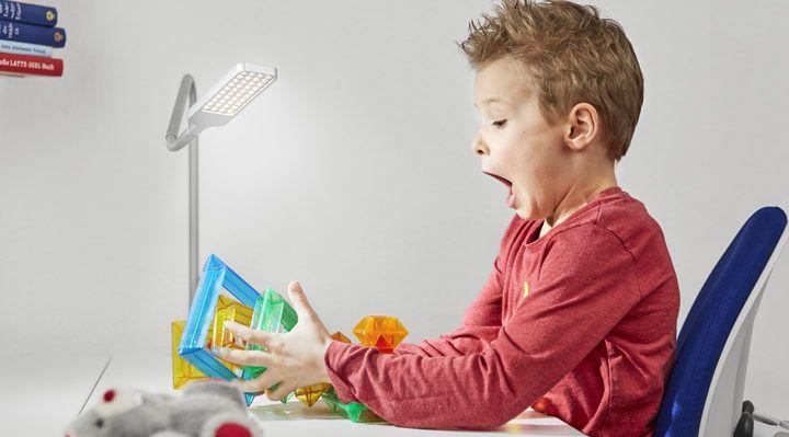 Kinderschreibtischleuchten von moll sind die ideale Erweiterung für den Schreibtisch ihres Kindes, flexibel anbringbar bieten sie höchste Funktionalität.