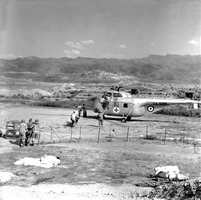 Évacuation sanitaire de blessés par un hélicoptère Sikorsky S-55, à Diên Biên Phu. Date : Mars 1954 Lieu : Tonkin / Diên Biên Phu