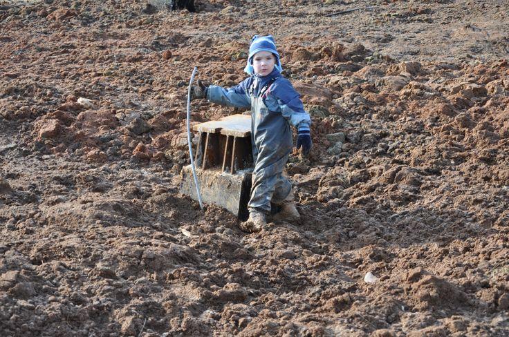 Все знают, что грязь и дети притягиваются друг к другу как магнит притягивает болтик. И все мы сталкивались с грязной одеждой, с ручной стиркой. Но на сегодня это все уже в прошлом. Предлагаем вам защитный полукомбез от грязи ТИМ. Вся грязь остается на полукомбинезоне, а одежда ребенка чистой. Полукомбез ТИМ чистится очень легко - приходим домой, ставим ребенка в ванную и смываем душем всю грязь ;)