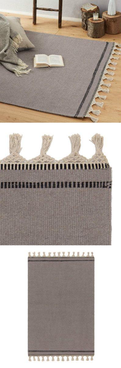 Unser handgewebte und zugleich robuste Teppich Luma kennzeichnet sich durch ein einfarbiges schlichtes Design mit dezenter Streifenborte an den Enden aus, das durch naturweiße, von Hand geflochtene Fransen verspielte Details verliehen bekommt. Dadurch erhält der zurückhaltende Teppich einen liebevollen Ethno-Touch.