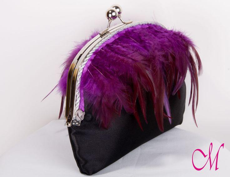Bolso de raso negro decorado con fleco de pluma de gallo violeta y forrado con tela brocada en terciopelo negro. www.monetatelier.com
