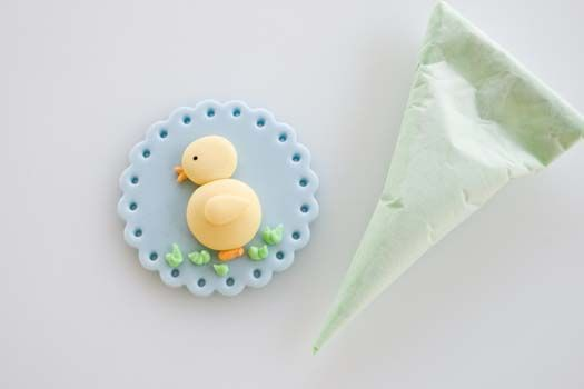 Fondant cupcake topper with Easter motif | CakeJournal | How to make beautiful cakes, sweet cupcakes and delicious cookies