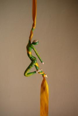 acrobata aérea de tela figura, colgante papel cartapesta