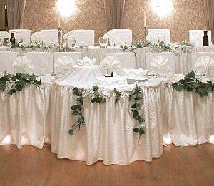 La Jupe de Table ou Buffet Drapée Froncée Luxe Satin à clipper sur vos nappes de mariage permettra d'habiller vos tables comme un vrai professionnel.
