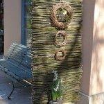 Sichtschutzobjekt aus Zweigen gebaut